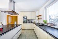 Skleněná kuchyně kamennou pracovní deskou