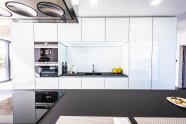 Moderní dům Hluboké si žádá moderní kuchyň
