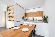 Beton, dřevo a bílá barva