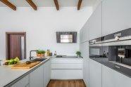 Vysoké stropy, přiznané trámy velký vzušný prostor pro kuchyň