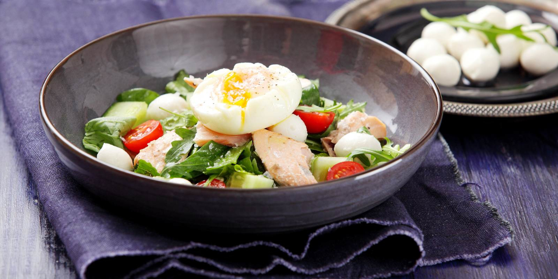 Losos vařený v páře se zeleninovým salátem a pošírovaným vejcem