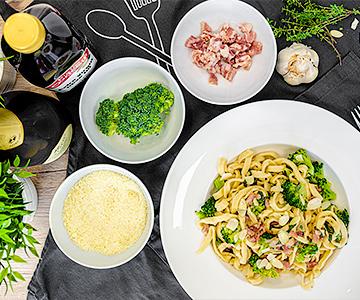 Domáce tagliatelle s brokolicou, slaninou a mandľami